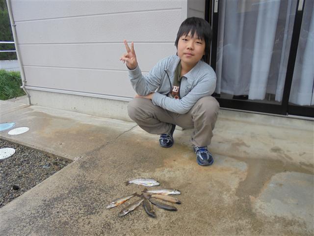 天然物の釣果にVサイン。